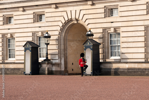 Photo A queen's guard marching Buckingham palace, London, England