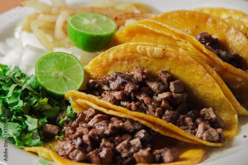 Obraz na plátně Orden de tacos de bistec con cebolla
