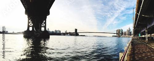Billede på lærred Manhattan And Brooklyn Bridges Over East River Against Sky In City