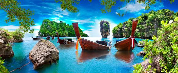 Fototapeta Morze Paisaje pintoresco de Phuket. Mar y isla de Ko Tapu o isla de James Bond en el parque natural de Ao Phang Nga en Tailandia con barcos típicos. Aventuras y destinos exóticos de viaje.