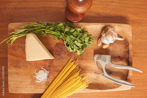 Fotografía ingredientes para cocinar pasta en plano cenital