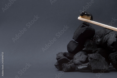 Photo Natural toothpaste activated charcoal and bamboo toothbrush on black  background