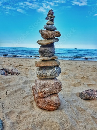 Foto Stack Of Pebbles On Beach Against Sky