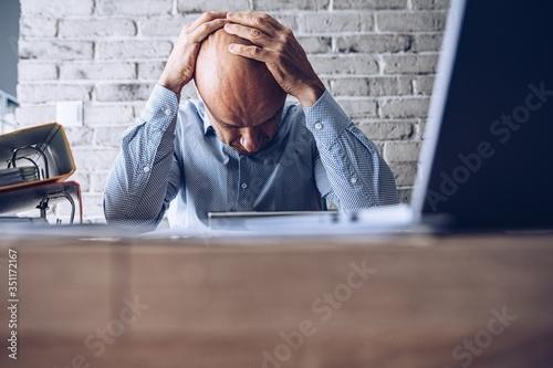 Fotografía Nervous upset man with financial problems