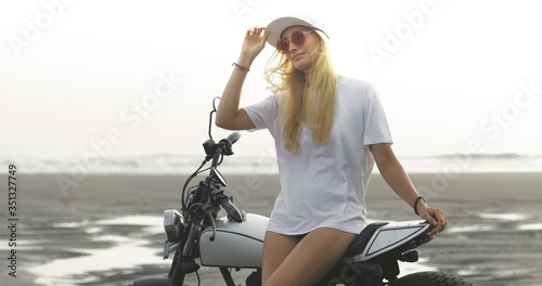 Photo Young woman biker with custom cafe racer