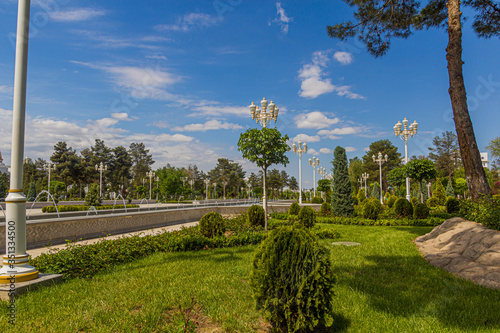 Photo Lush park with fountains in Ashgabat, capital of Turkmenistan