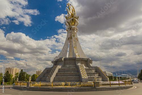Photo ASHGABAT, TURKMENISTAN - APRIL 18, 2018: Monument on a roundabout in Ashgabat, c