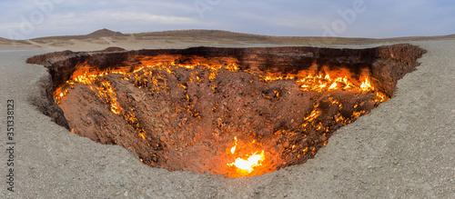 Fotografija Darvaza (Derweze) gas crater (Door to Hell or Gates of Hell) in Turkmenistan