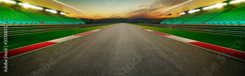 Fotografía Diminishing Perspective Of Empty Motor Racing Track Against Sky During Sunset