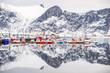 Norwegen, Troms, Senjahopen, Der kleine Fischereihafen während der Skrei Saison, links die Fischfabrik. Skrei=Winterkabeljau