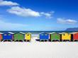 Südafrika, Western Cape, Cape Town, eines der bekanntesten Motive,  die stellvertretend für Südafrika stehen, sind wohl die bunten Strandhäuser von Muizenberg und Kalk Bay. Zum Ende des 19. Jahrhunderts tummelten sich in den beiden Örtchen südlich von Kapstadt bekannte Künstler und Wohlhabende, die an den Stränden ihre Wochenenddomizile erbauen ließen. Die Holz-Badehäuschen werden noch immer als Umkleidekabinen genutzt.