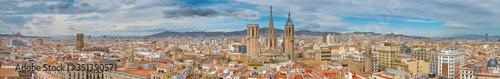 Fototapeta między szafki   barcelona-panorama-miasta-ze-stara-katedra-w-centrum