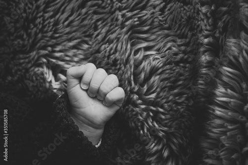 Fototapeta Adorable petite main d'un nouveau-né