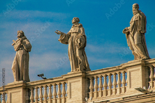 Photo View of marble statues located at the St Peter's Basilica square in the Vatican