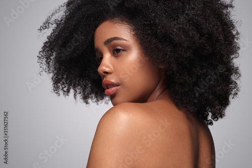 Fotografia, Obraz Young black model looking over shoulder