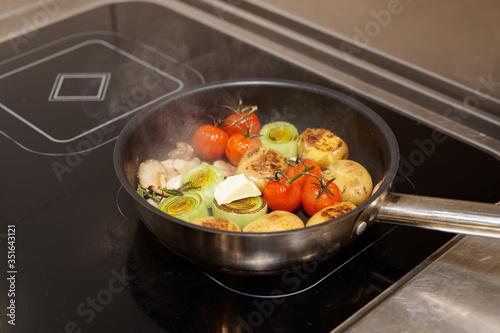 Fotografiet Frying vegetables in pan