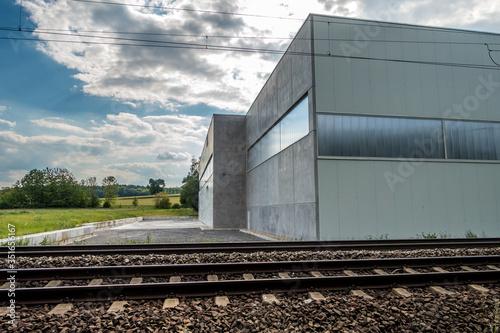 Obraz Industrielle Halle direkt neben den Gleisen - fototapety do salonu