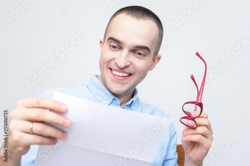 Handsome man reading a letter, portrait, closeup Fototapet