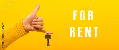 Cuadros en Lienzo hand holding house keys near inscription for rent, concept rental property, pano