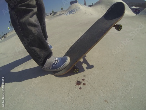 Foto Low Section Of Man With Skateboard On Ramp