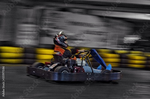 Fotomural Blurred Motion Of Man Go-carting During Race