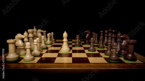 Fotografía Tablero de ajedrez en mitad de la jugada con perspectiva y fondo negro