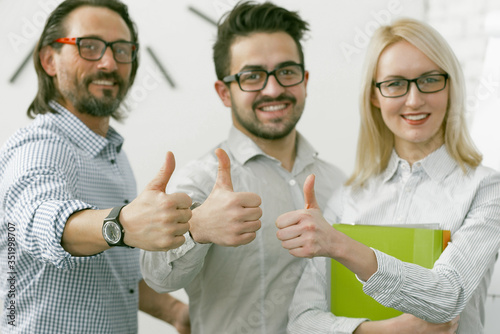 Fotografía Business Team showing thumbs up gesture