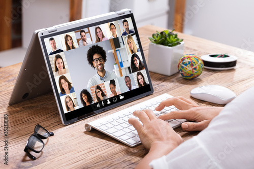 Obraz Businesswoman Video Conferencing With His Colleagues On Laptop - fototapety do salonu