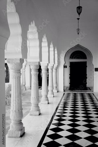 Canvastavla Colonnade And Tiled Floor