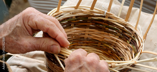 Photo hands with arthrosis of the senior craftsman man while making a