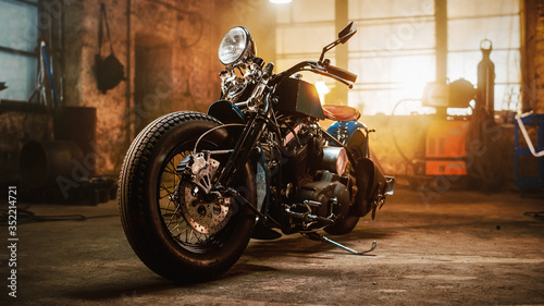 Photo Custom Bobber Motorbike Standing in an Authentic Creative Workshop