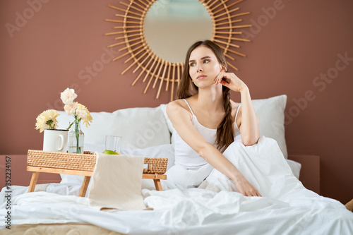 Photo Dreamy and airy-fairy girl in bed