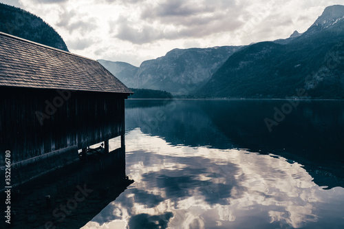 Photo Wooden boathouse at the lakeshore of Lake Hallstatt, Salzkammergut region, OÖ, A