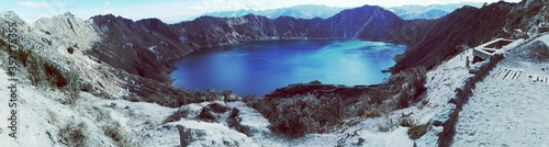 Foto Panoramic View Of Crater Lake Amidst Mountains