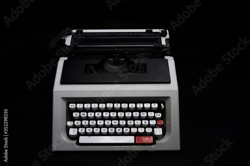 olivetti typewriter with black background Fototapet