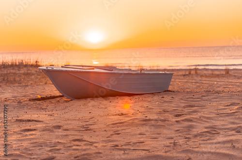 Cuadros en Lienzo Boat Moored On Beach Against Sky During Sunset