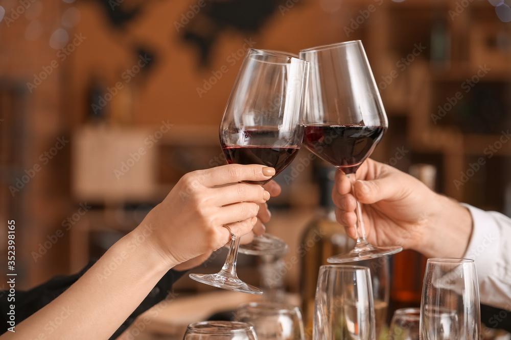 Fototapeta People tasting wine at the restaurant