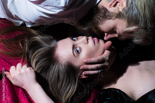 Photo Sensual couple in love in bad