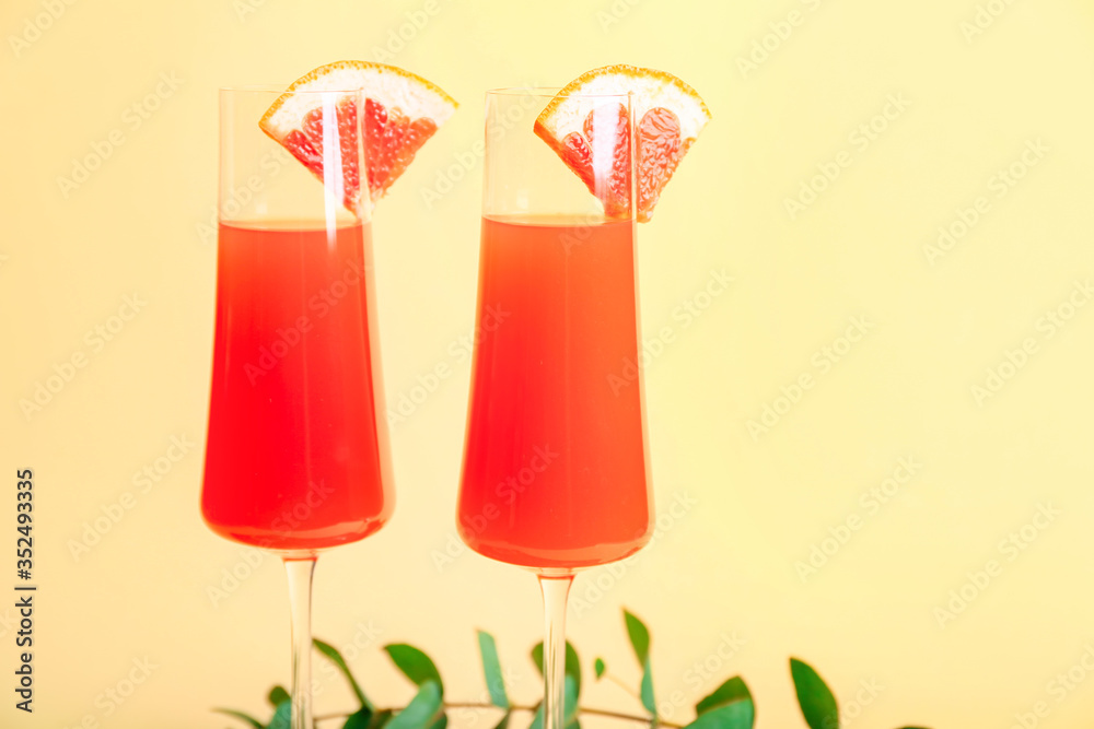 Fototapeta Glasses of tasty mimosa cocktail on color background
