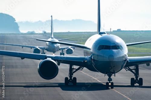 Obraz 仲良く誘導路を進む航空機 - fototapety do salonu