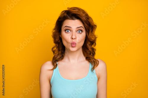 Tela Closeup photo of funny pretty curly lady sending shy air kisses crazy childish f
