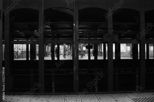 Fotografia Looking Through A Thicket Of Support Beams On A Subway Platform