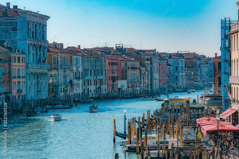 イタリア ベネチアの美しい運河と歴史的建造物が並ぶ街並み