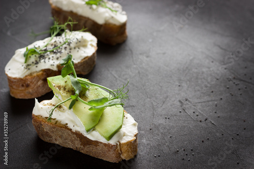 Foto Healthy sandwiches with avocado , cream cheese and micro green
