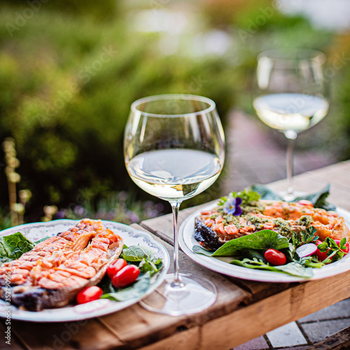 Fototapeta grilled salmon with salad and wine obraz