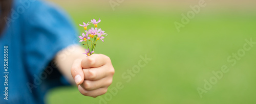 Photo 小さな花を差し出す子供