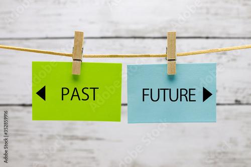 Obraz na plátně 洗濯ばさみで吊るされた「PAST」と「FUTURE」のカード