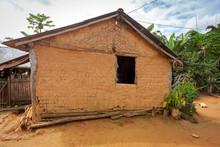 Casa De Pau A Pique Construída Há Mais De 35 Anos, Em área Rural De Guarani, Minas Gerais