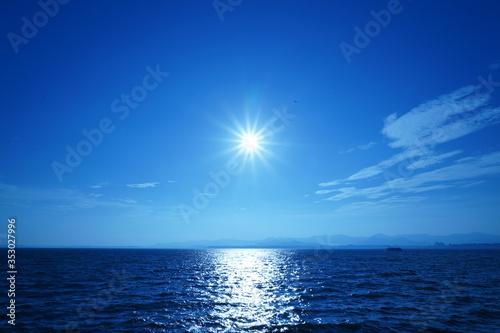 Obraz na plátne 太陽と海