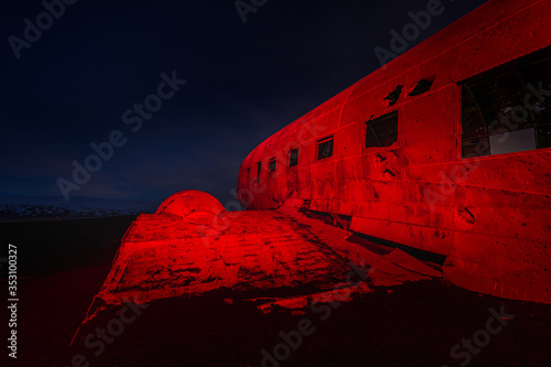 Photo The abandoned wreck of a US military Douglas DC-3 plane on Solheimasandur beach near Vik, highlighted in red